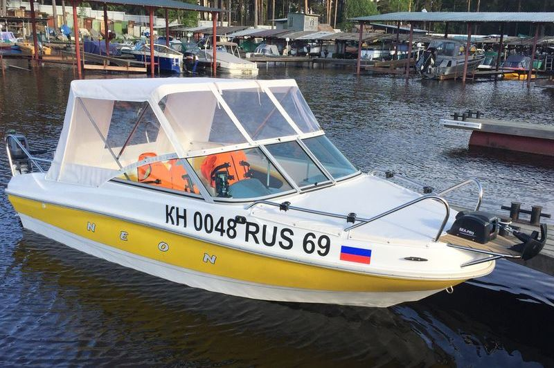 Ходовой тент на лодку и катер цена в компании «МаринЛайн». Ссылка на фотографию: http://marinline.ru/uploads/posts/2018-06/1528915624_hodovyie-tentyi-na-kater-hodovoy-tent-70.jpg