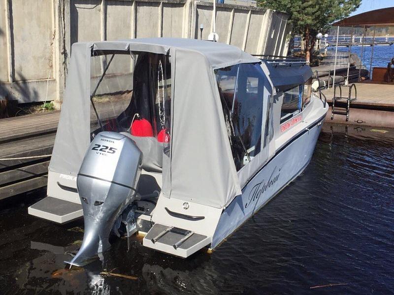 Ходовой тент на лодку и катер цена в компании «МаринЛайн». Ссылка на фотографию: http://marinline.ru/uploads/posts/2018-06/1528915685_hodovyie-tentyi-na-kater-hodovoy-tent-84.jpg
