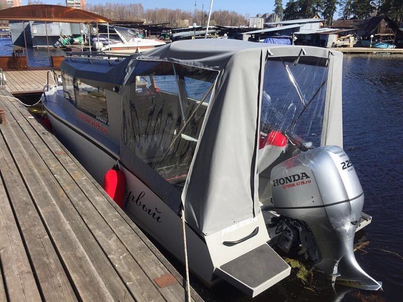 Ходовой тент на лодку и катер цена в компании «МаринЛайн». Ссылка на фотографию: http://marinline.ru/uploads/posts/2018-06/1528915697_hodovyie-tentyi-na-kater-hodovoy-tent-83.jpg