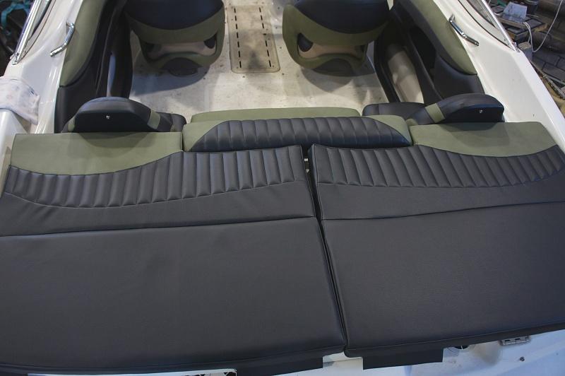 Перетяжка салона катера - отделка интерьера катера цена в компании «МаринЛайн». Ссылка на фотографию: http://marinline.ru/uploads/posts/2018-08/1534156026_otdelka-salona-katera32.jpg