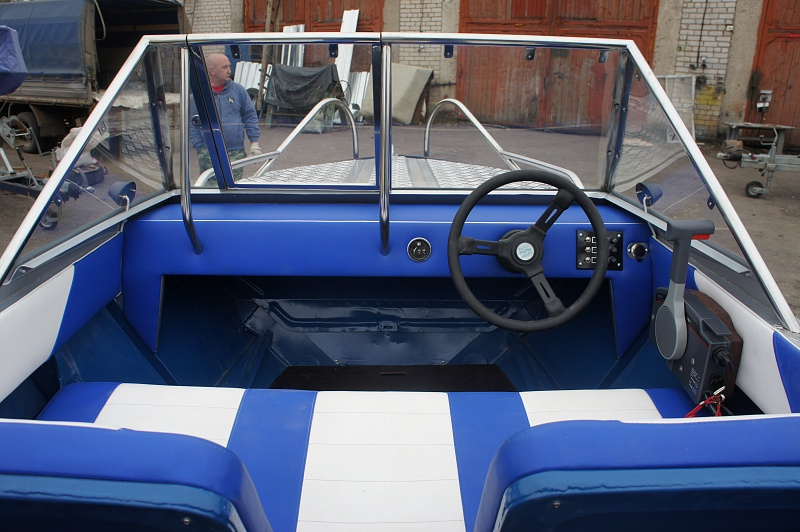 Перетяжка салона катера - отделка интерьера катера цена в компании «МаринЛайн». Ссылка на фотографию: http://marinline.ru/uploads/posts/2018-08/1534156052_otdelka-salona-katera43.jpg