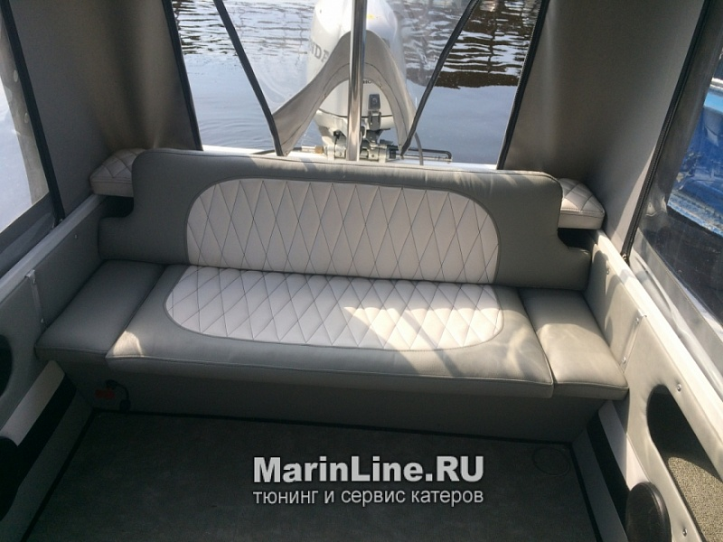 Перетяжка салона катера - отделка интерьера катера цена в компании «МаринЛайн». Ссылка на фотографию: http://marinline.ru/uploads/posts/2018-08/1534156053_otdelka-salona-katera2.jpg